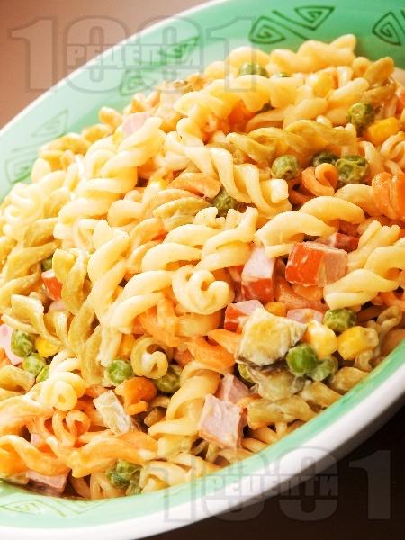 Макаронена салата с кренвирши - снимка на рецептата